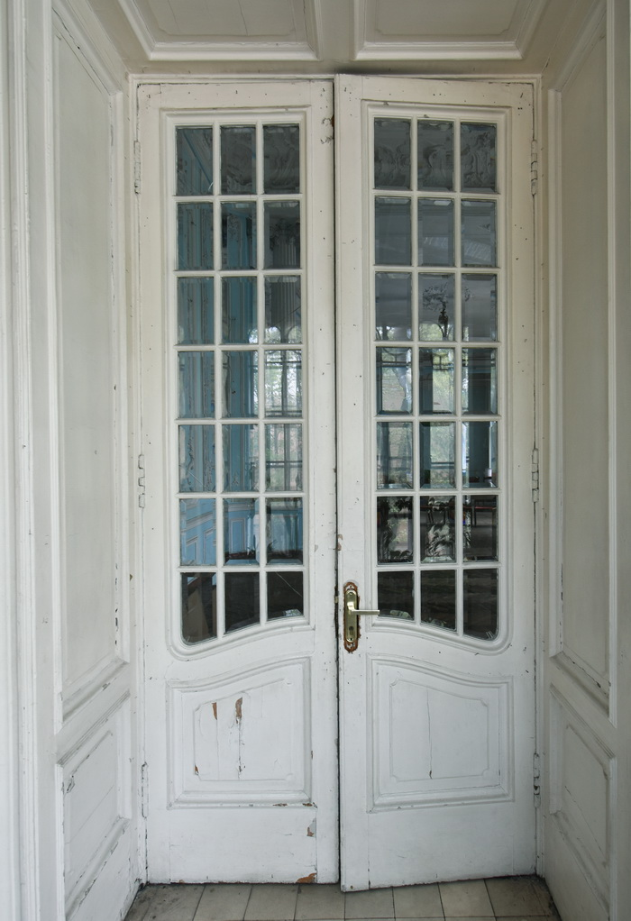 Двери с декоративным стеклом в особняке М.В. Зива на Рижском пр., 29, С.-Петербург. Фото 2021