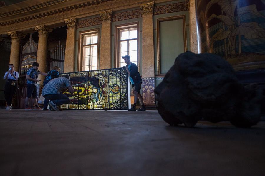 Фотофиксация витражей XIX в. волонтерами вАнгликанской церкви С.-Петербурга. Фото 2021